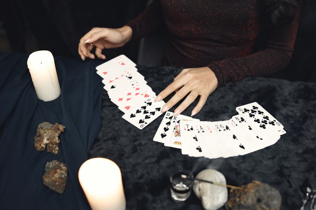 מתקשרת מומלצת – קלפים או קפה?